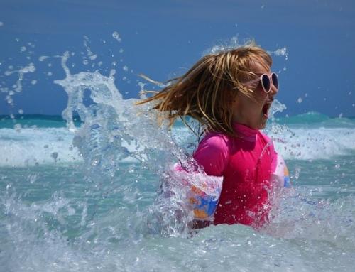 Artikel über Sonnenschutz für Kinder auf gesundheit.gv.at von Hautarzt Univ. Prof. Dr. Okamoto in Wien
