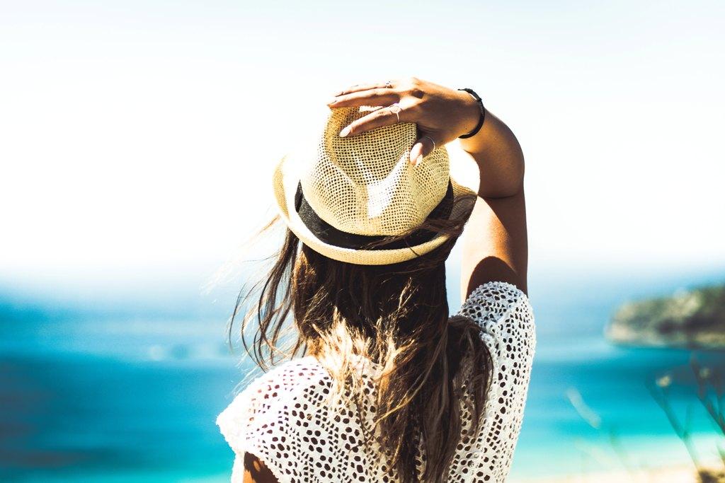 Frau mit Hut im Sommer